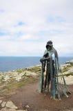 在Tintagel的加洛雕象俯视的康沃尔海岸 启发由亚瑟王传奇  图库摄影
