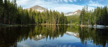 在Tioga通行证,优胜美地的湖反射 库存照片