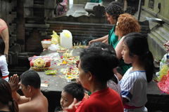 在Tirta Empul寺庙的祷告在巴厘岛 库存照片