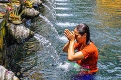 在Tirta Empul寺庙,巴厘岛,印度尼西亚的Puirfying浴 库存图片