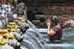 在Tirta Empul寺庙,巴厘岛,印度尼西亚的Puirfying浴 图库摄影