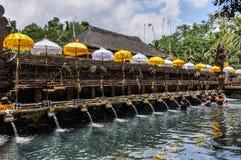 在Tirta Empul寺庙,巴厘岛,印度尼西亚的Puirfying浴 免版税库存图片