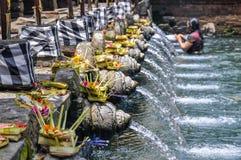 在Tirta Empul寺庙,巴厘岛,印度尼西亚的Puirfying浴 免版税库存照片