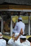 在Tirta Empul寺庙巴厘岛的祈祷的仪式 免版税库存图片