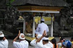 在Tirta Empul寺庙巴厘岛的祈祷的仪式 免版税库存照片
