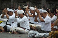 在Tirta Empul寺庙巴厘岛的祈祷的仪式 免版税图库摄影