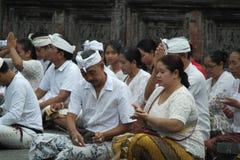 在Tirta Empul寺庙巴厘岛的祈祷的仪式 库存照片