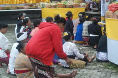在Tirta Empul寺庙巴厘岛的祈祷的仪式 库存图片