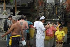 在Tirta Empul寺庙巴厘岛的巴厘语祷告 库存图片