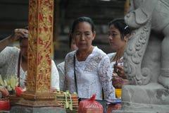 在Tirta Empul寺庙巴厘岛的巴厘语祷告 免版税库存图片