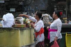 在Tirta Empul寺庙巴厘岛的巴厘语祷告 免版税库存照片