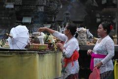 在Tirta Empul寺庙巴厘岛的巴厘语祷告 库存照片