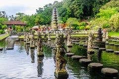 在Tirta Gangga水宫殿,巴厘岛,印度尼西亚的喷泉 库存照片