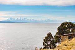 在Titicaca湖的天际的庄严山脉真正的山脉 从太阳的海岛的远距照相视图,在中 免版税库存图片