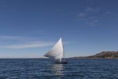 在Tititaca湖,秘鲁的风船 库存图片
