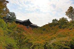 在Tofukuji寺庙的Tsutenkyo桥梁 库存图片