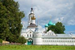 在Tolgsky神圣的Vvedensky修道院一个神圣的门的晴朗的7月天  金黄环形俄国 库存照片