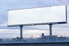 在tollway的空白的岗位广告广告牌:积土的裁减路线 免版税库存图片