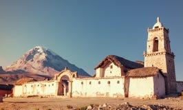在Tomarapi,萨哈马国家公园,玻利维亚教会的日落  库存图片
