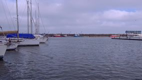 在Tomis小船的多云和大风天端起 股票视频