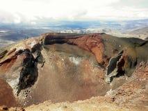 -在Tongariro火山,横渡国家公园的Tongariro上面的红色火山口  免版税图库摄影