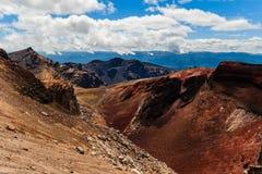 在Tongariro,新西兰使红色火山口环境美化看法  库存图片