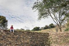 在Tonina考古学站点的地方性游览指南在恰帕斯州,墨西哥 图库摄影