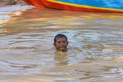 在Tonle Sap湖浸没的渔夫,柬埔寨 免版税图库摄影