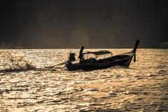 在Tonsai海湾的传统泰国长的小船在日落,披披岛酸值发埃发埃,泰国 图库摄影