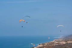 在Torrey Pine Gliderport的几个滑翔伞在拉霍亚 免版税库存照片