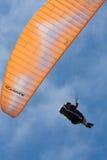 在Torrey Pine Gliderport的橙色滑翔伞在拉霍亚 免版税库存图片