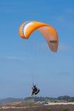 在Torrey Pine Gliderport的橙色滑翔伞在拉霍亚 免版税图库摄影