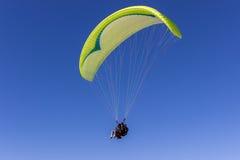在Torry杉木滑翔机口岸的纵排滑翔伞 图库摄影