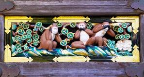在Toshogu的最近被更新的著名三只明智的猴子祀奉, Nik 免版税库存图片