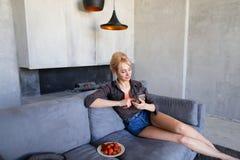 在touchscr触摸屏幕走美丽的妇女的画象  免版税库存照片