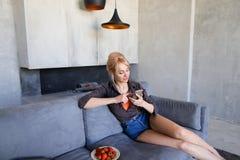 在touchscr触摸屏幕走美丽的妇女的画象  免版税图库摄影