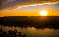 在Town湖奥斯汀的科罗拉多河日落金黄被烧的平静的小船乘驾 免版税图库摄影