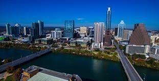 在Town湖的空中奥斯汀得克萨斯有飞行在奥斯汀的桥梁和街市地平线明白蓝天天时间空中寄生虫的 免版税库存照片