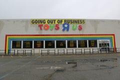 在Toys R Us商店的停业的标志 免版税库存照片