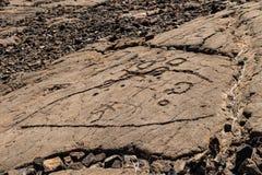在Trail,小纳,夏威夷国王的火山岩雕刻的刻在岩石上的文字 免版税图库摄影