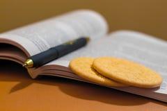 在training_期间,曲奇饼临近快的快餐的书 库存图片