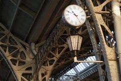 在trainstaion建筑的都市时钟 图库摄影