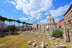 在Trajan论坛的Trajan的列在罗马 库存照片