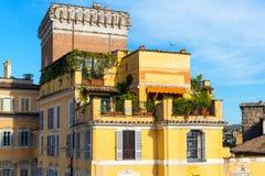 在Trajan附近论坛的美丽的老房子在罗马 免版税图库摄影
