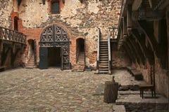 在Trakaj城堡的法院与石地板和步 库存照片