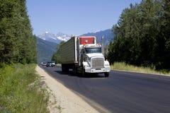 在trans加拿大高速公路1的卡车 库存图片
