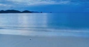 在Trat泰国的美丽的蓝色海海滩 库存图片