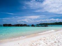 在Trat泰国的美丽的蓝色海海滩 免版税库存照片