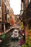 在Trattoria Sempione,威尼斯意大利之外的运河 库存图片