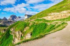 在Tre Cime di Lavaredo,意大利附近的山景 免版税图库摄影